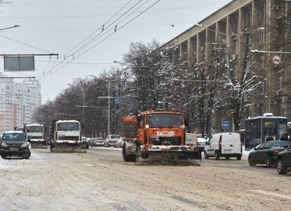 Три десятка машин чистят Харьков от остатков снега