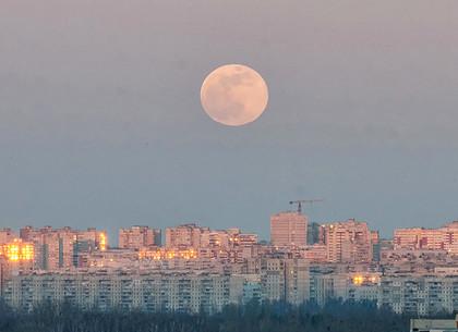 Суперлуние над Харьковом (ФОТО)