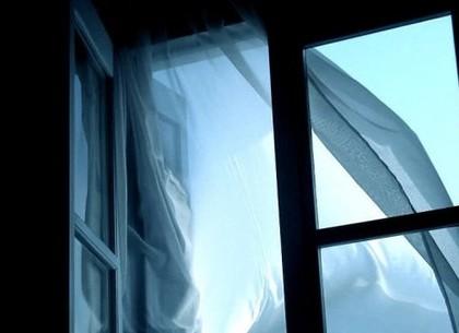 Из окна многоэтажки выпал мужчина