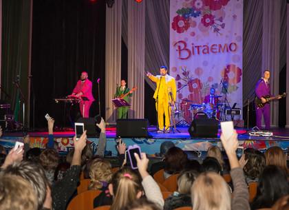 Женщин Новобаварского и Холодногорского районов поздравили с праздником весны