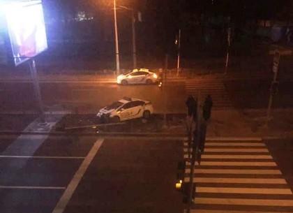 Патрульный Prius сбил светофор на островке пешеходного перехода (ФОТО)