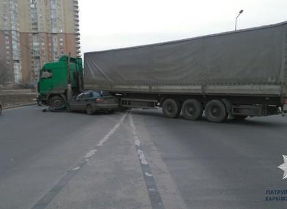 ДТП на Клочковской: фура перегородила дорогу (ВИДЕО)