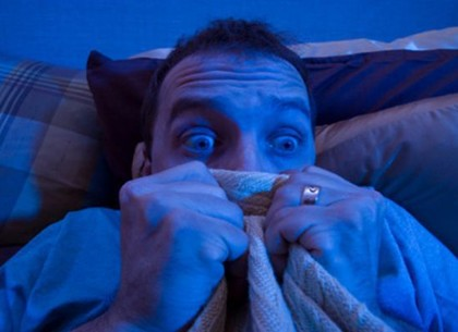 Пить надо меньше: из-за страшного сна мужчина выпал из окна, перепутав его с дверью