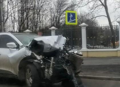 ДТП перед парком Горького: водитель Hyundai пострадал в столкновении с грузовиком (ФОТО)