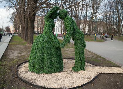 В центре Харькова появилась зеленая парочка и диван для селфи (ФОТО)