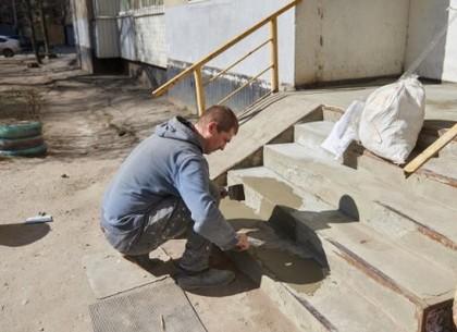 Коммунальщики продолжают ремонт подъездов в домах харьковчан
