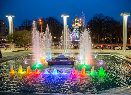 Вечерние фонтаны вновь заиграли красками перед оперным театром в Харькове (ФОТО)