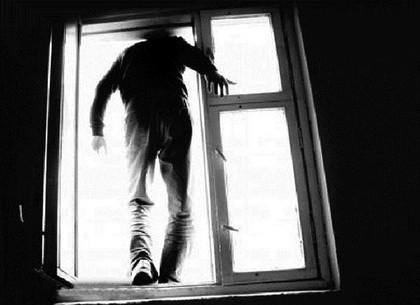 Под Харьковом мужчина выпрыгнул из окна пятого этажа