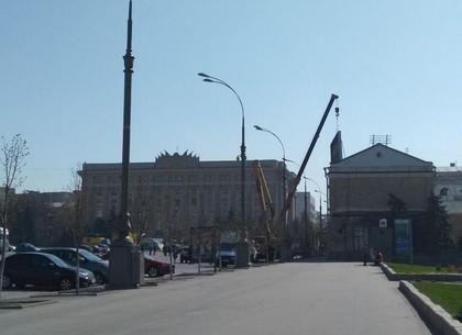 Ко дню рождения Ленина со здания бывшего Дворца пионеров убрали огромный телевизор и рекламный щит (ФОТО)