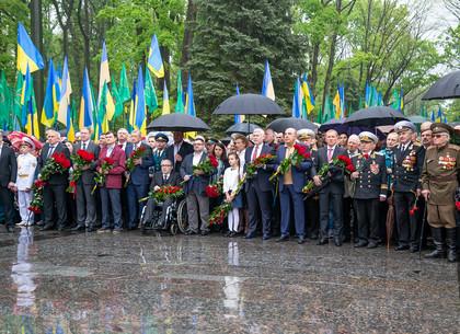 Возложение цветов на Мемориале Славы по случаю Дня победы во Второй мировой войне (ФОТО)