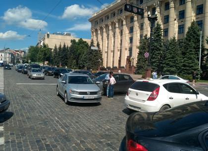 В центре Харькова - пробка: авто-леди устроили аварию возле скандальной палатки