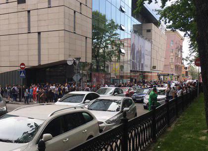 Из торговых центров Харькова полиция вывела больше семи тысяч человек