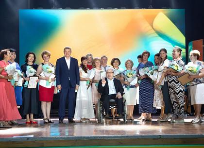 Геннадий Кернес наградил медработников Харькова (ФОТО)
