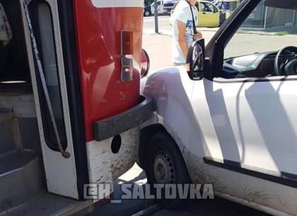 На Салтовке авто заблокировало движение трамваев