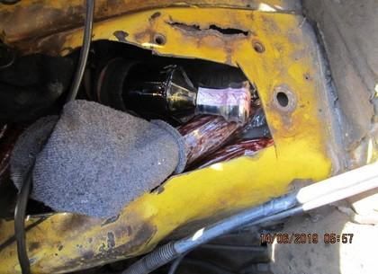Выпить и закусить спрятал под капотом авто контрабандист на Харьковщине (ФОТО)