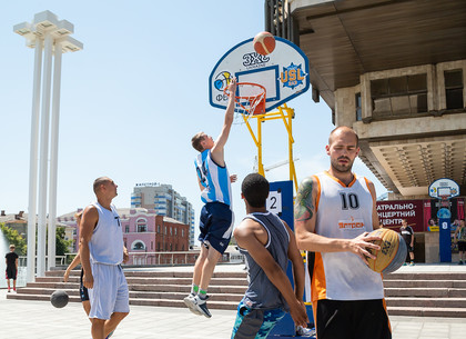 В Харькове проходит Фестиваль уличного баскетбола и футбола (ФОТО)