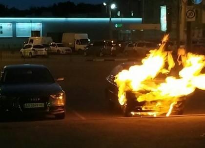 В Харькове на парковке загорелся автомобиль