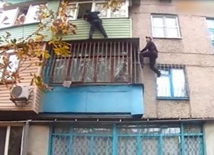 Полицейский без страховки пробрался на балкон третьего этажа (ВИДЕО)