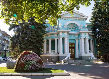 Возле Дворца бракосочетаний появились новые цветочные инсталляции (ФОТО)