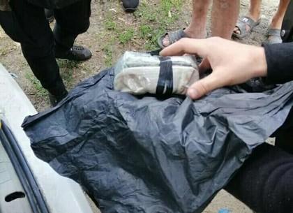 Парень с наркотиками в рюкзаке побежал при виде полицейских (ФОТО)