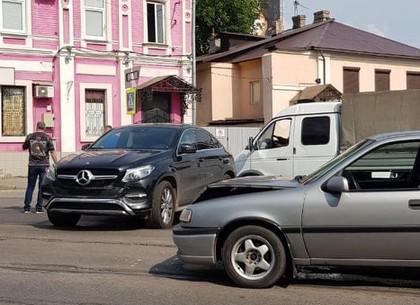 В результате тройного ДТП остановился общественный транспорт в центре