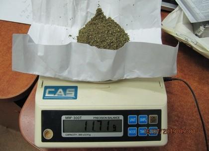 Пассажир спрятал наркотики в документ родственника