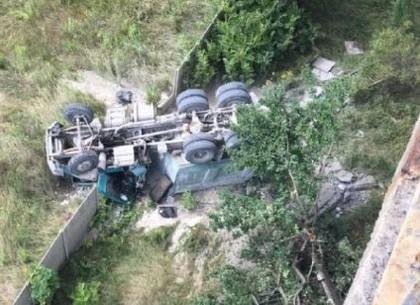 На окружной дороге груженый грузовик слетел с моста - комментарии медиков