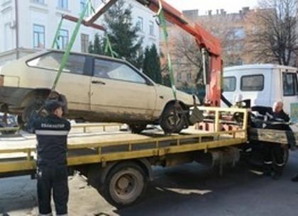 Горсовет завалили просьбами убрать брошенные авто
