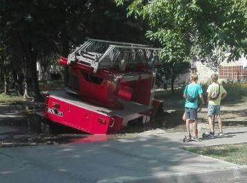 Машина спасателей ушла под землю в одном из харьковских дворов (ФОТО, ВИДЕО)