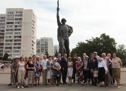 Харьковчане возложили цветы к Солдату