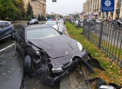 ДТП: водитель немца снес часть забора в центре Харькова (ФОТО)