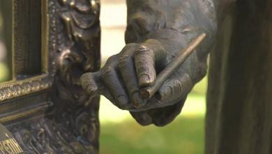 Неизвестные отломали часть бронзовой инсталляции в саду Шевченко