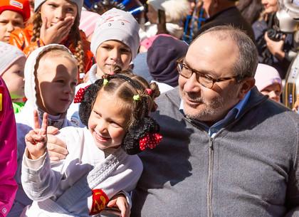 Геннадий Кернес - Я такого еще не видел танцы: каратисты, парад младенцев в колясках и йорширских терьеров (ФОТО)