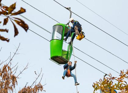 В парке Горького спасали застрявших на канатной дороге (ФОТО)