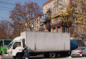 На аварийноопасном перекрестке ХТЗ грузовик припечатал легковушку