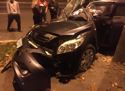 В результате серьезной аварии возле Дворца спорта авто буквально размазало по столбу (ФОТО, ВИДЕО, Обновлено)