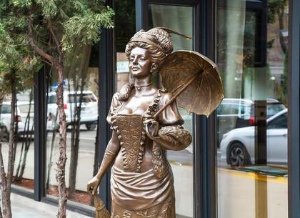На Пушкинской появилась скульптура харьковчанки из прошлого (ФОТО)