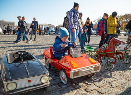 Выставка ретроавтомобилей на площади Свободы (ФОТО)