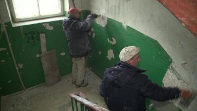 Как коммунальщики ремонтируют подъезды в многоэтажках (ВИДЕО)