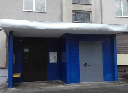 На Алексеевке ремонтируют входные группы и подъезды жилых домов