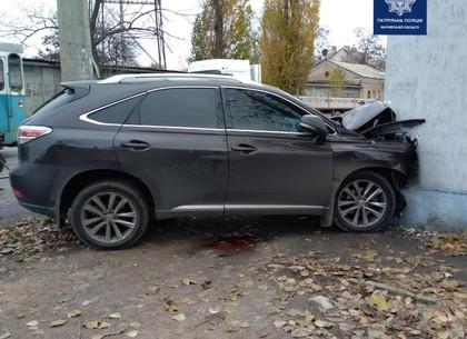В Харькове Lexus врезался в стену дома