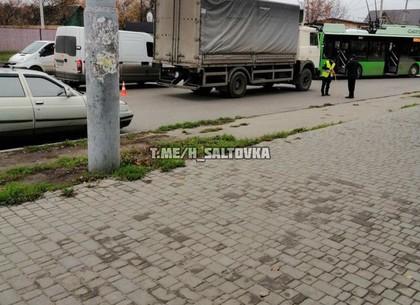 ДТП: грузовик просчитался и поцеловал легковушку (ФОТО)