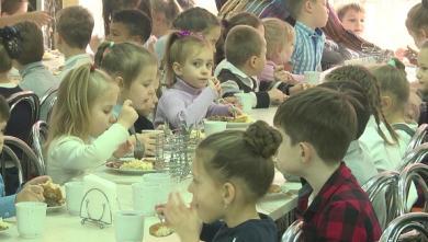 Более 60 литров супа и борща, 70 кг разных гарниров и салатов: что готовят в столовых харьковских школ (ВИДЕО)