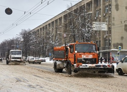 В Харькове убирают снег более 160 машин