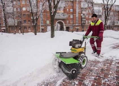 Более 1600 дворников убирают во дворах Харькова