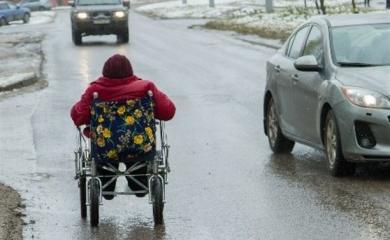 На харьковских улицах инвалидам-колясочникам разрешено ездить наравне с авто