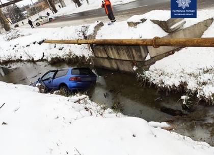 В Харькове автомобиль вылетел с дороги и опрокинулся в канаву с водой
