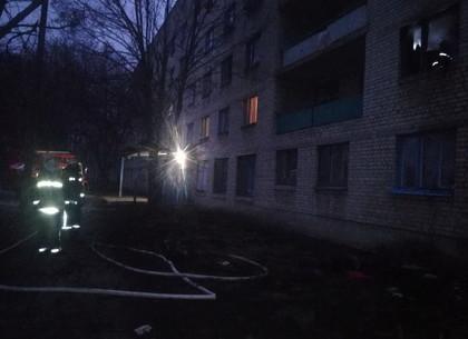 Утренняя побудка с огоньком: спасатели эвакуировали два десятка жильцов, а одного вынесли на руках