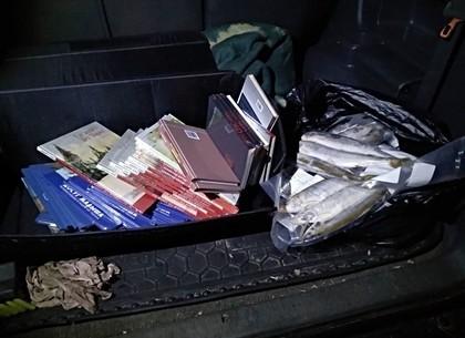Два в одном - контрабандист удивил таможенников обширной библиотекой и кучей замороженной рыбы (ФОТО)