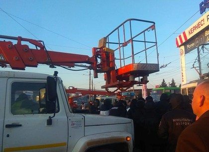 На Барабашово сносят рекламную конструкцию (ВИДЕО, ФОТО)